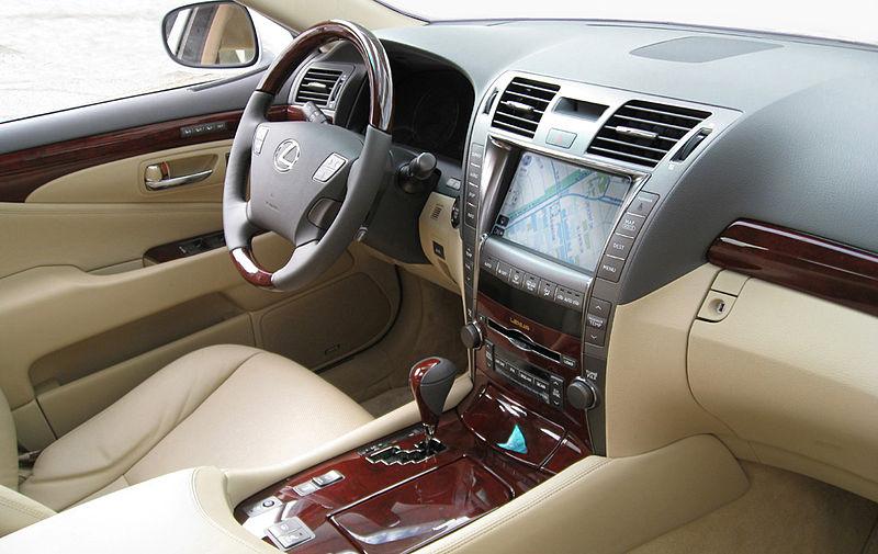 800px-Lexus_LS_460_forward_cabin_view